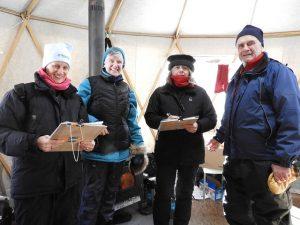 loppet-volunteers-warm-up-yurt